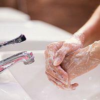 Jak si správně mýt ruce? Bez mýdla to nepůjde