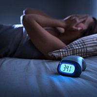 Melatonin na spánek i v potravinách. Zkušenosti, návykovost, cena