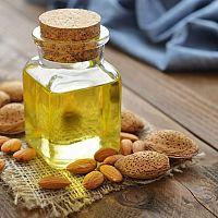 Mandlový olej má výborné účinky na pleť a vlasy. Navíc snižuje cholesterol!