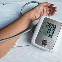 Jak snížit vysoký krevní tlak? Pomohou léky i přírodní léčba