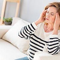 Co na migrénu a bolest hlavy? Léky bez předpisu, bylinky, ale také čípky