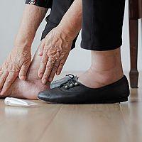 Oteklé nohy a kotníky - příčiny a léčba