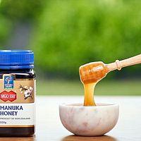 Manuka med na rány i akné má dobré recenze