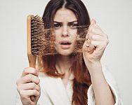 Příčiny vypadávání vlasů u žen nejen po porodu. Co způsobuje řídnutí vlasů?